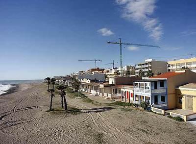 Viviendas en el dominio público sobre la playa de Nules en Castellón.
