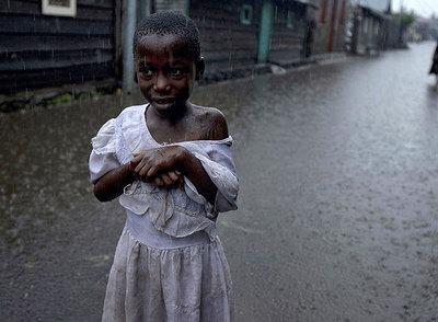 Una niña camina bajo la lluvia en una calle de Goma el pasado miércoles.