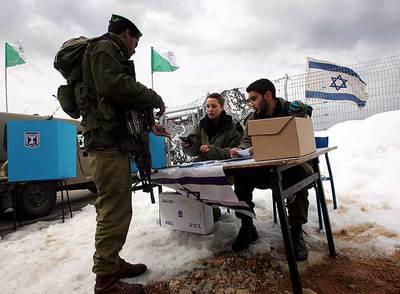 Un soldado israelí recoge su papeleta para votar en la base de Mount Hermon (altos del Golán).