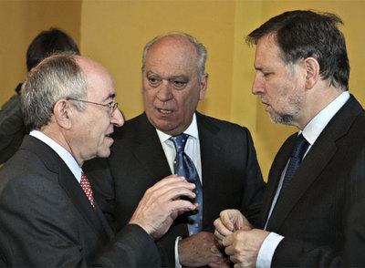Fernández Ordóñez, con Marcelino Iglesias, presidente de Aragón y Alberto Palacios, de Usuarios de Cajas.
