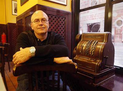 El poeta Miguel Muñoz, en el café del Conde Duque.