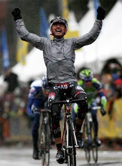 Mancebo cruza victorioso la meta en la primera etapa en California.