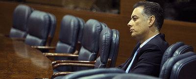 El diputado Alberto López Viejo, imputado en la trama de corrupción, siguió ayer el pleno de la Asamblea desde la última fila, muy alejado de las bancas del Gobierno.