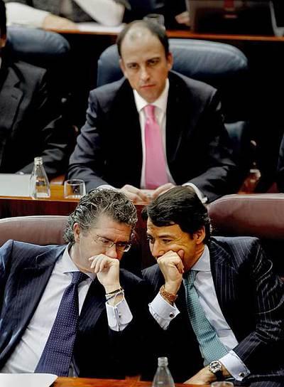 Granados y González conversan durante el pleno. Al fondo, el diputado Martín Vasco.