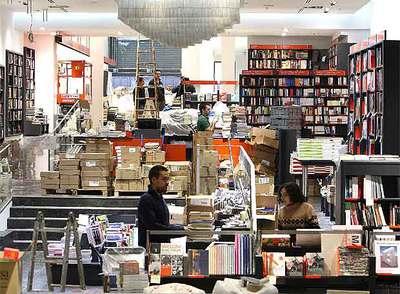 Operarios y libreros, ayer en la librería Bertrand de la Rambla de Catalunya, de Barcelona.