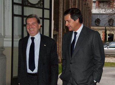 El presidente de Acciona, José Manuel Entrecanales (a la derecha), con el consejero delegado de Enel, Fulvio Conti, ayer en Madrid.