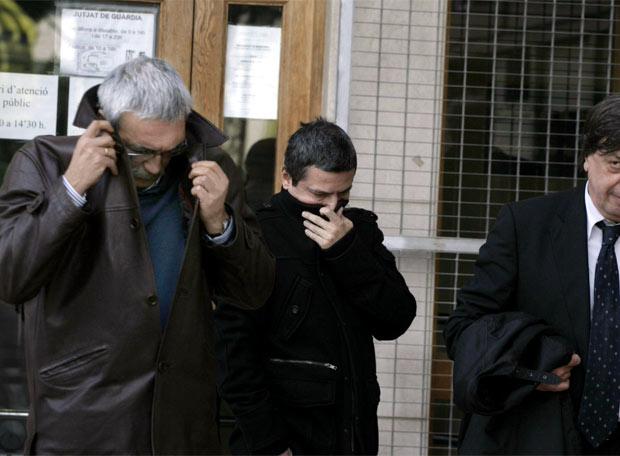 El teniente coronel de la Guardia Civil Alfonso López Rubio y otro guardia intentan cubrirse a su llegada al Juzgado 3 de Martorell.
