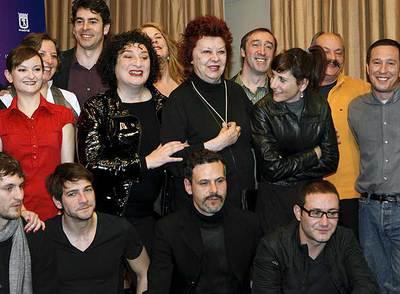 María Asquerino, en el centro, rodeada de compañeros actores.