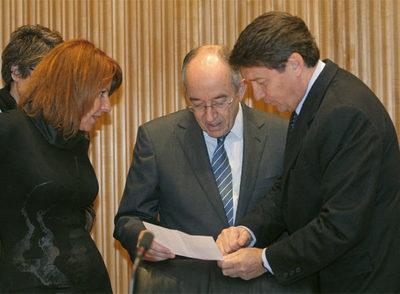 El gobernador del Banco de España, Miguel Á. Fernández Ordóñez (en el centro), ayer en el Congreso.