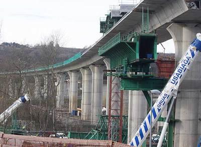 Obras de construcción de un viaducto en el segundo cinturón de San Sebastián.