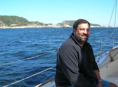 Caamaño viaja casi todos los fines de semana a su tierra para salir a navegar en su barco,  Asixo,  por la ría de Corcubión (A Coruña).