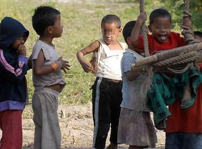Niños nepaleses juegan  en un orfanato en Katmandú.