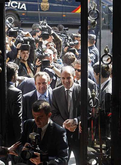 Camps, rodeado de cámaras, a su llegada al Foro Abc.