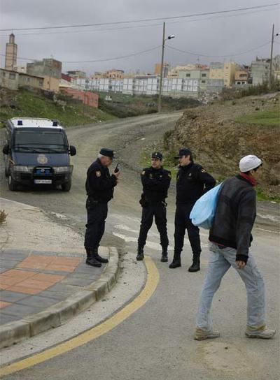 Policías vigilan el barrio del Príncipe, en Ceuta, el día en que se produjo la redada en 2006.