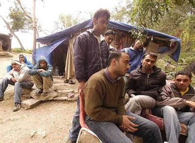Varios de los sijs refugiados en los bosques del monte del Renegado, en Ceuta.