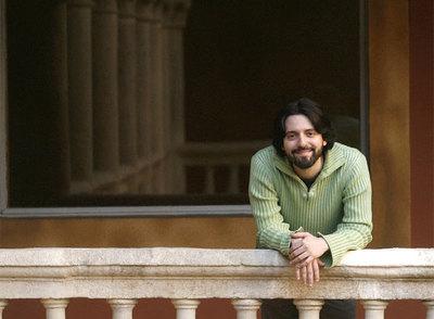 Andrés Neuman, fotografiado ayer en Granada, poco después de saberse ganador del Premio Alfaguara.