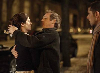 Desplechin abraza a Chiara Mastroianni en presencia de Melvin Poupaud en el rodaje de  Un cuento de Navidad.