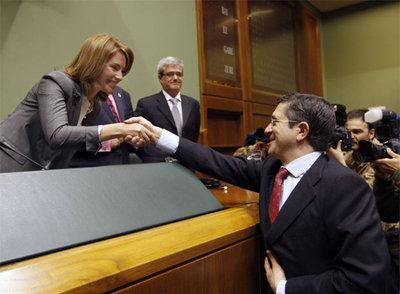 Patxi López felicita a la nueva presidenta del Parlamento vasco, Arantza Quiroga.