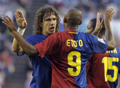 Puyol felicita a Eto'o tras el gol del camerunés.