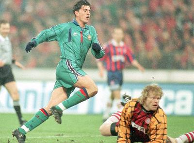 Òscar marca ante Kahn en las semifinales de la Copa de la UEFA de la temporada 1995-1996 (2-2).