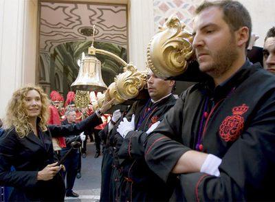 Borja Thyssen llevando el trono de la Virgen de la Exaltación, con su esposa Blanca, que actuó de mayordomo.
