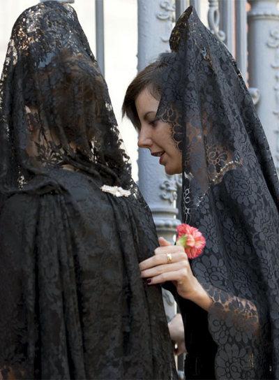 Mujeres con mantilla y peineta, en el Jueves Santo de Sevilla.