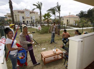Una de las familias que han ocupado la urbanización Golden Hills de Mijas.