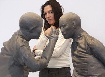 Cristina Iglesias en el Museo Reina Sofía junto a dos piezas de Juan Muñoz.