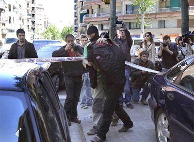 Uno de los detenidos, tras abandonar el registro del  pub  de los Ángeles del Infierno.