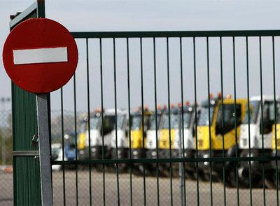 Flota de camiones de Iveco paralizada en respuesta al ERE anunciado ayer por la dirección de la empresa.rnSantiago de los Ríos y Alfonso Fernández, en la fábrica de Iveco. rn claudio álvarez