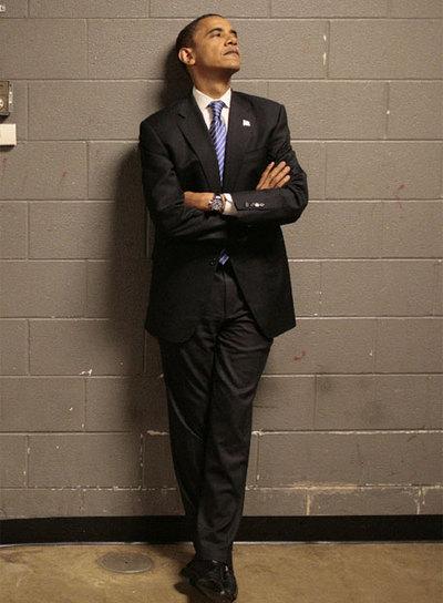 Mayo de 2008. Barack Obama, entonces aspirante a la presidencia, espera apoyado en la pared el comienzo de un mitin en Sioux Falls (Dakota del Sur). rnFoto: AP