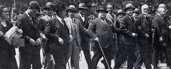 Indalecio Prieto, Miguel de Unamuno, Francisco Largo Caballero y Pedro Rico, de derecha a izquierda, el 1 de mayo de 1931 en Madrid.