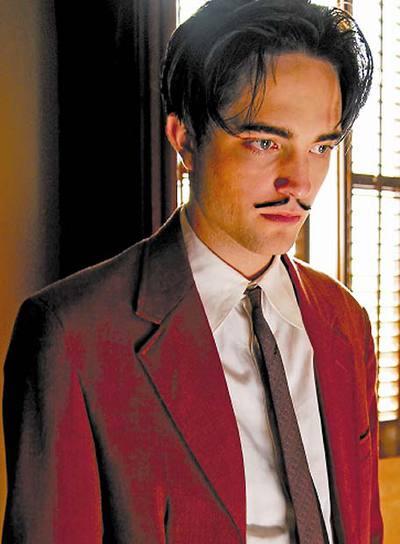 Antes de desarrollar colmillos para   Crepúsculo,   Robert Pattinson se atusó el bigote de Dalí en   Sin límites,   una coproducción hispano-inglesa dirigida por Paul Morrison.