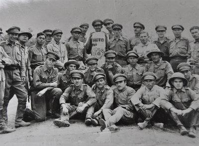 Tropas paraguayas posan junto a una piedra que señala la frontera, al final de la guerra del Chaco contra Bolivia entre 1932 y 1935.