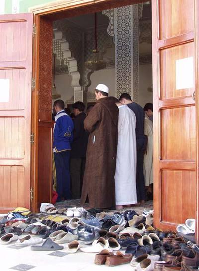 Rezo en una mezquita de Ceuta, uno de los feudos del movimiento Tabligh, durante el Ramadán.