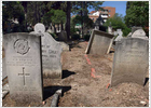 Un cementerio junto al bullicio