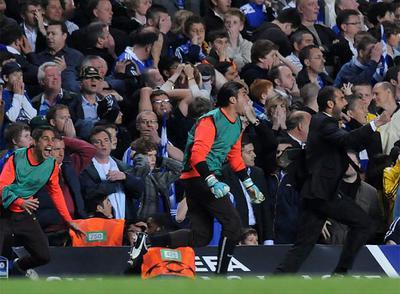 Guardiola, a la derecha, celebra el decisivo gol de Iniesta contra el Chelsea.