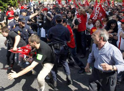 Trabajadores de Iveco-Pegaso, Arcelor y BP Solar (empresas que han abierto expedientes de regulación de empleo) protestan en el exterior de la Asamblea en presencia de la policía.