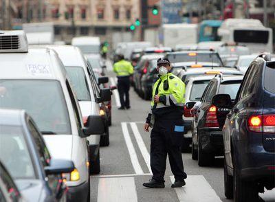 Agentes de movilidad regulan el tráfico en Madrid.