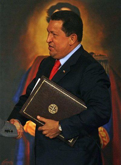 Hugo Chávez, delante de un retrato de Simón Bolívar durante un acto oficial en Caracas.