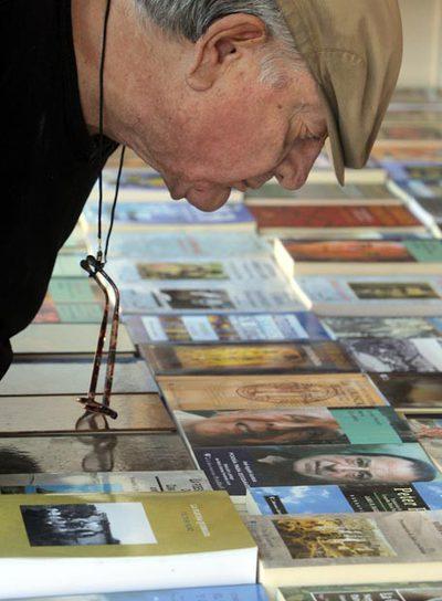 Un visitante en la Feria del Libro de Madrid ojeaba ayer  títulos.