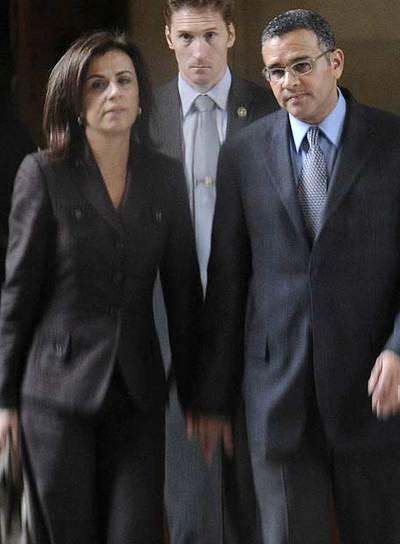 El presidente salvadoreño, Mauricio Funes, y su esposa, Vanda Pignata, a su llegada a un tribunal de París.
