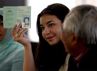 Manohara Odelia Pinot, con el pasaporte, tras su liberación.