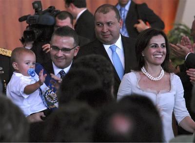 El presidente salvadoreño, Mauricio Funes (izquierda), acompañado por su esposa, Vanda Pignato, y su bebé, tras la jura de su cargo.