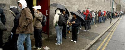 Cola a las puertas de un comedor benéfico, en una imagen tomada el pasado 15 de abril en Dublín.