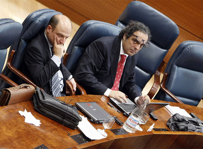 El socialista César Giner, a la derecha, presentó ayer un documento crítico a los dirigentes del partido. A su izquierda, Javier Gómez.