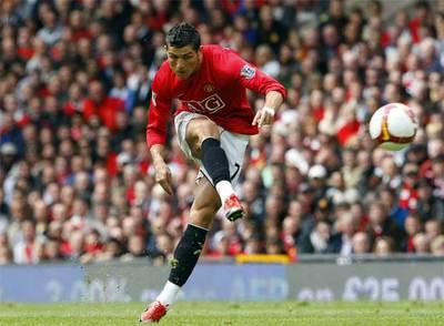 Cristiano Ronaldo remata a portería durante un partido de la  Premier  esta temporada.