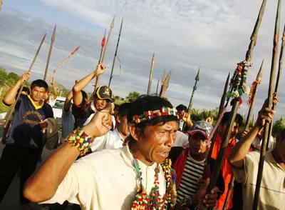 Un grupo de indígenas bloquea la carretera de entrada a la ciudad de Yurimaguas, en la región amazónica del norte de Perú.