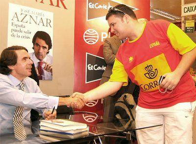 El ex presidente José María Aznar saluda a un lector ataviado con una camiseta de la selección española, ayer en A Coruña.