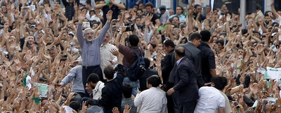 Mir Hosein Musaví saluda a sus seguidores en medio de una de las manifestaciones celebradas esta semana  en Teherán.